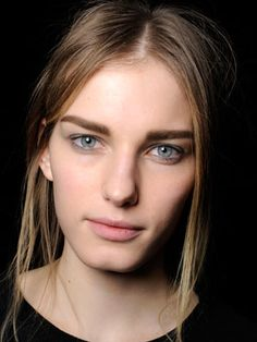 sourcils droits / visage long