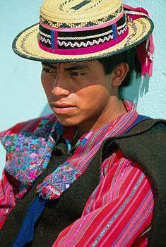 Hay pocos lugares en Guatemala donde los hombres hayan preservado la costumbre del traje típico. San Rafael Petzal es uno de ellos. Los hombres de la villa están orgullosos y muestran su identidad cultural en donde quiera que van. La camisa es similar a la de sus vecinos de Todos Santos, pero la vestimenta completa se distingue por una chamarra negra y una cinta diferente alrededor del sombrero.