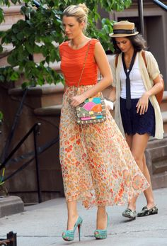 Blake Lively films a scene for Gossip Girl in an Alice + Olivia Mandy Chain Crop Top , a Haute Hippie American Woman Circle Skirt Christian Louboutin Bollywoody Suede Pumps and an Angel Jackson Disco Rainbow Jai Bright Satchel. Gossip Girls, Mode Gossip Girl, Gossip Girl Outfits, Gossip Girl Fashion, Love Fashion, Womens Fashion, Spring Fashion, Style Fashion, Mode Blake Lively