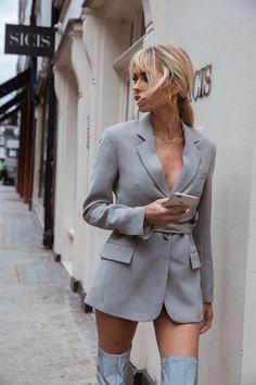 London city street style candid photoshoot. Model Off duty vibe. Street Fashion Photoshoot, Photoshoot London, Outfit Photoshoot, Fashion Photography Poses, Fashion Photography Inspiration, City Outfits, Trendy Outfits, Model Street Style, Street Style Women