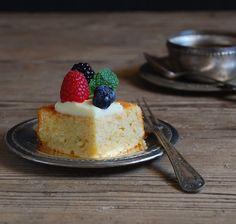 Whipping cream cake with white chocolate and red fruits - Bizcocho de nata con crema de chocolate y frutos rojos
