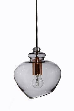 Grace är en otroligt vacker pendel med en kupa i rökfärgat glas och en snygg sockel i koppar. Lampan är skapad i en rund och mjuk design där ljuskällan visar bak glaset. Sladdlängd: 250cm, svart tygsladd. Ljuskälla ingår ej. Ceiling Lights, Lighting, Design, Home Decor, Pedestal, Corning Glass, Decoration Home, Room Decor, Lights