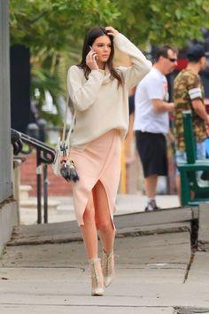Cinto de duas fivelas, tênis nude, calça de couro e mais: o que Kendall usa, a gente quer!