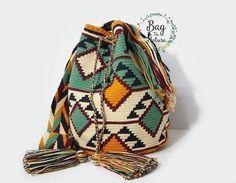 Cómo tejer una mochila estilo wayuu - El Cómo de las Cosas Tapestry Bag, Tapestry Crochet, Crochet Handbags, Crochet Purses, Crochet Bags, Filet Crochet, Diy Crochet, Mochila Crochet, Crochet Backpack