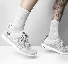 Ultraleicht geht es mit dem Nike Flyknit in das Wochenende! Hier entdecken und shoppen: http://sturbock.me/Iya