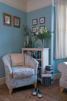 Living room with egg shell blue walls (forodecoracion)