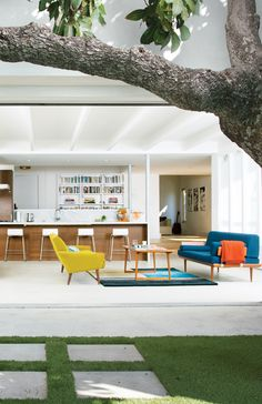 A mature avocado tree shades the patio outside the great room of the renovated house that Glee star Jayma Mays and the actor Adam Campbel share in the Los Feliz section of Los Angeles. Photo by Floto + Warner. Exterior Design, Interior And Exterior, Style Californien, Estilo Interior, Cocinas Kitchen, Multipurpose Room, Indoor Outdoor Living, Bungalows, Great Rooms