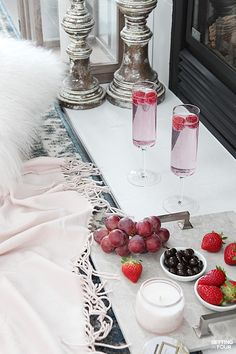 Celebrate Valentine's Day with an indoor picnic date night in! See how you can set up a cozy indoor picnic plus snack ideas and 12 romantic movie ideas too! Romantic Valentines Day Ideas, Romantic Date Night Ideas, Romantic Dates, Romantic Picnic Food, Romantic Dinners, Romantic Recipes, Indoor Picnic Date, Night Picnic, Beach Picnic