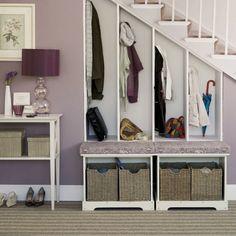 Handige garderobe onder de trap. Nog een slimme manier om gebruik te maken van de loze ruimte onder de trap! House to home