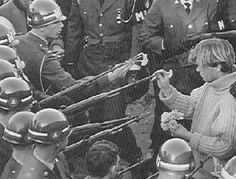 """Counterculture: Anti-war protestors made up a large part of the counter-culture movement. Hippies and so called """"doves"""" held many protests against the Vietnam War. Vietnam Protests, Vietnam War, Vietnam Veterans, Powerful Pictures, Meaningful Pictures, Lourdes, Estilo Hippie, Hippie Chic, Iconic Photos"""