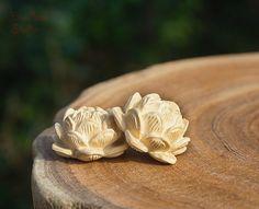 ♥ .·:*¨¨*:·.Ƹ̵̡Ӝ̵̨̄Ʒ.·:*¨¨*:·.*♥* Welcome !!! *♥* ·:*¨¨*:·.Ƹ̵̡Ӝ̵̨̄Ʒ.·:*¨¨*:·. ♥ Note: This listing is for 1 pcs carved lotus beads.  [1] Materials: boxwood / Black sandalwood  [2] Quantity:1pcs  [3] Diameter Size: 20mmx12mm   ♥ .·:*¨¨*:·.Ƹ̵̡Ӝ̵̨̄Ʒ.·:*¨¨*:·.*♥* Thank You!!! *♥* ·:*¨¨*:·.Ƹ̵̡Ӝ̵̨̄Ʒ.·:*¨¨*:·. ♥
