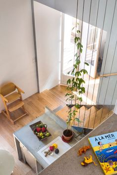 Maison familiale vintage, bobo et design Diving view of the kitchen from the floor Diy Plant Stand, Indoor Plants, Outdoor Spaces, Outdoor Gardens, Small Spaces, Beautiful Homes, Sweet Home, Flooring, Interior Design