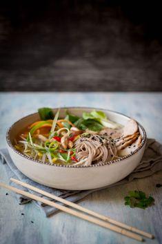 Soupe asiatique de nouilles soba - K pour Katrine I Want To Eat, Japchae, Soup Recipes, Serving Bowls, Slow Cooker, Gluten Free, Menu, Cooking, Tableware