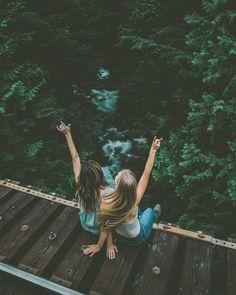 Foto estilosa para fazer com amiga em uma ponte, na natureza. (@joellefriend)