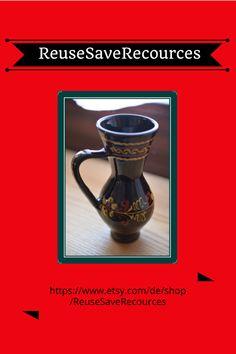 Ein wunderschöner kleiner dekorativer Keramikkrug mit Henkel