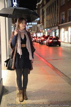 So many layers but not too thick or dense fabric. Yin Natural Inspiration (Oliviamode Robe bleue nuit encolure djellaba Cache-Cache - Maxi gilet forme poncho en laine chinée Cache-Cache - Ceinture large élastiquée New Yorker - Echarpe coton et dentelle vieux rose It'z - Parapluie Isotoner chez Cora - collant en tricot gris H&M - Low boots camel forme santiag C&A - Maxi sac besace Desigual)