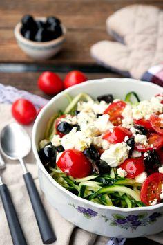 Low Carb Zucchininudeln mit Oliven, Tomaten und Feta