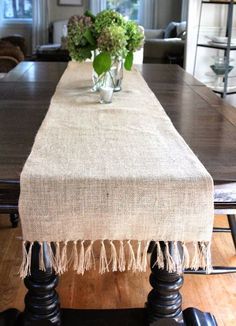 Add this no-sew fringed burlap table runner to your fall decorations!