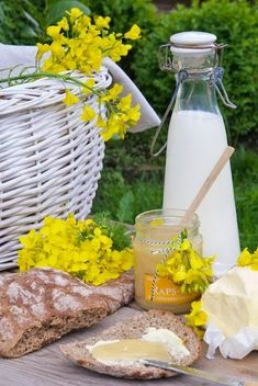 picnic with fresh bread, butter & lemon curd - Ana Rosa Picnic Time, Summer Picnic, Breakfast Picnic, Brunch, Yellow Cottage, Company Picnic, Carne Asada, Milk And Honey, Simple Pleasures