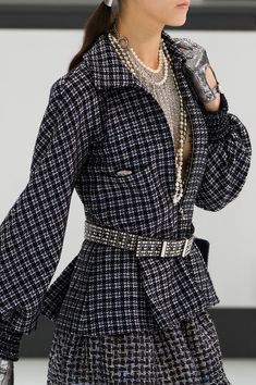 View all the detailed photos of the Chanel spring / summer 2016 showing at Paris fashion week. Chanel Fashion, Grey Fashion, Fashion Outfits, Fashion Design, Chanel Outfit, Fasion, Fashion Week Paris, Karl Lagerfeld, Chanel Style Jacket
