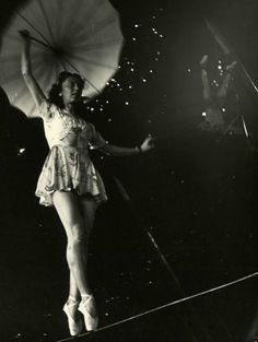 high wire on pointe - Nina Leen, 1949 | tightrope | line dancer | umbrella | circus | acrobat | vintage | amazing ( yere çizgi çekip point ile yürümek)
