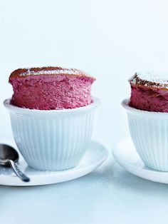 To be ready for Valentine's day prepare this recipe of these tasty desserts: pink raspberry soufflés to feed your Valentine's stomach and heart! Just Desserts, Delicious Desserts, Yummy Food, Healthy Desserts, Dessert Souffle, Donna Hay Recipes, Souffle Recipes, Impressive Desserts, Pavlova