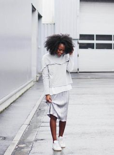 Sweat à volants gris + jupe argentée + baskets blanches = le bon mix >> http://www.taaora.fr/blog/post/look-tendance-sweat-a-volants-gris-chine-jupe-midi-plissee-metallisee-baskets-blanches #look #outfit #streetstyle