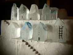 Свою первую публикацию я решила посвятить той же теме, что и первую появившуюся здесь мою работу, а именно миниатюрным домикам :) Что же сейчас происходит в мире рукодельной архитектуры? Какими последними тенденциями руководствуются художники-архитекторы при возведении своих зданий и что используют в качестве материала для создания своих проектов? Если вы готовы отправится в путешествие в мир…