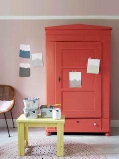 Dit is mijn nieuwe favoriete kleur: Klaproos rood van Karwei, serie Kleuren van nu. Mijn theekastje is er uniek mee geworden en de groene Pepe Heykoop vaas staat er fantastisch op :)