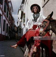 model-marisa-berenson-riding-a-donkey-in-spain-wearing-rayon-velvet-picture-id509564778 (1012×1024)