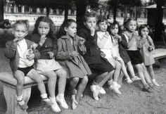 The bench Paris circa 1950 Robert Doisneau. Robert Doisneau, Anjou Velo Vintage, Vintage Paris, Black White Photos, Black And White Photography, Vintage Photographs, Vintage Photos, Street Portrait, French Photographers