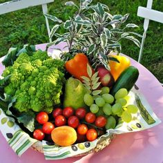 Is raw food diet healthy? What do raw fooders eat, what is raw food diet plan. Feel vibrant and healthy by eating a raw food diet for weight loss. Raw Food Recipes, Diet Recipes, Healthy Recipes, Healthy Foods, Frugal Recipes, Healthy Nutrition, Food Tips, Planting Vegetables, Fruits And Vegetables