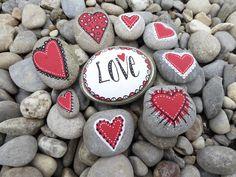Steine selbstbemalt Kleine Aufmerksamkeiten für Freunde und alle, die ein bisschen Liebe brauchen können!  Material: Acrylfarbe und Steine Stone Drawing, Doodle, Christmas Rock, Rock Art, Painted Rocks, Crafts For Kids, Diy Beton, Gifts, Blog
