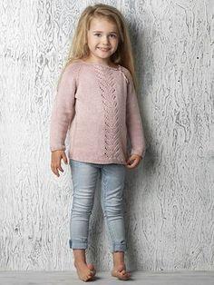 Strikkeopskrift på skøn bluse med til pigen. Blusen strikkes oppefra og ned med en enkel bane af hulmønster midtfor.