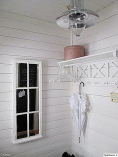 eteinen,porstua,ikkunanpoka,peili,naulakko,hatturasia,raakalauta,valkoinen sisustus,maalaisromanttinen