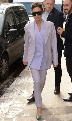 Виктория Бекхэм в костюме Victoria Beckham в Лондоне