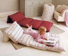 Cinco travesseiros emendados juntos formando um colchonete!