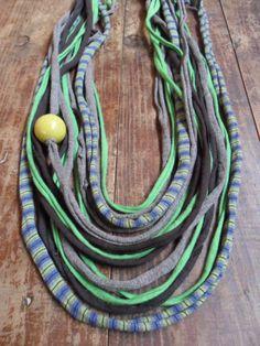 Collar con tiras de trapillo y bola de madera en verdes y lilas