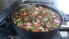 Bruine bonensoep met vlees( spek, worst en karbonade) groente( knolselderij, ui, paprika, wortel en prei) en kruiden( kummel, rozemarijn, peper, tijm,kardemon en koriander) Droge bonen( na nacht weken) met de vlees en kruiden 3 uur stoven, nadien groentes toevoegen1,5 uur.