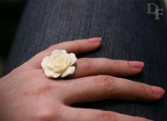 Bague rose blanche mariage. White rose flower wedding ring. http://divine-et-feminine.com/fr/bagues/67-bague-rose-blanche-mariage.html