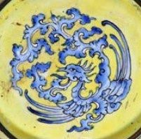 A chinese canton enamel yellow-ground bowl. Qing dynasty,  Qianlong period (1736-1795).  Photo Gibson Antiques    chinese_enamel_2Painted to the interior with a central shou character within a cluster of peaches and blossom surrounded by five bats amongst rose, yellow, turquoise and blue cloud scrolls, the exterior profusely decorated with full blown peony scrolls on a yellow ground. Diameter: 15cm. Price 6 000 €