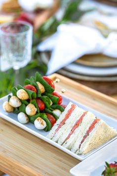 Romantic Picnic Food, Caprese Salad Skewers, Smoked Salmon Sandwich, Picnic Foods, Picnic In The Park, Wedding Picnic, Sunny Afternoon, Picnic Ideas, Lunch