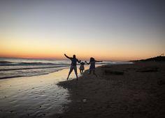 Para terminar el sábado, una minisesión playera muuuuuy especial con mis #lovers M+J y mi mini Valentina...y hasta ahí puedo leer.   ¡Que bieeeeen nos lo hemos pasado!  LOVE #contamoshistoriasdeamor #love #amor #happy #feliz #fashion #fashionblogger #youtube #destinationwedding #design #decor #sun #sunset #summer #Cádiz #candy #candybar #chocolate #Valentina #familia #family #bodasLOVE #boda #bodasbonitas #bodasunicas