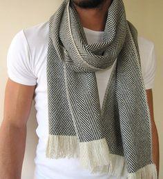 Foulard en laine d'hiver, blanc ivoire noir chevrons foulard, écharpe à chevrons gris, unisexe Echarpe, foulard pour homme, pour lui  Si vous avez la peau très sensible, vous pouvez envisager d'acheter un de mes écharpes en laine d'autres, plus douce, comme cette écharpe peut-être légèrement irriter votre peau.  Matière: mélange de laine, Cachemire mélange, mélange de tweed.  Mesure :  Longue écharpe: 210 cm x 32 cm - 83 x 13  Foulard en couverture 210cm x 64 cm - 83 x 26  Style :  -Ivoire…
