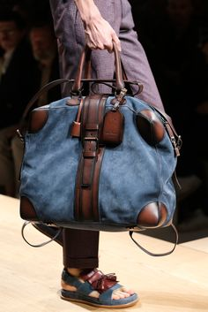 See detail photos for Salvatore Ferragamo Spring 2015 Menswear collection. Fashion Bags, Mens Fashion, Fashion Menswear, Mk Bags, Tote Bags, Mode Style, Beautiful Bags, Luggage Bags, Leather Men