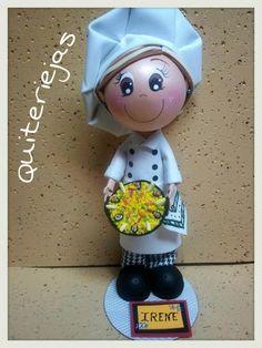 Fofucha cocinera, con gorro y paella.