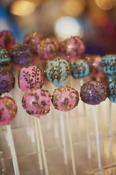 Lollypops adorned with gold glitter for wedding decor | wedding ideas | wedding inspiration | wedfine.com |