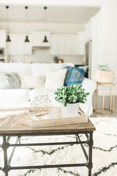 Boho-chic living room decor: http://www.stylemepretty.com/living/2016/01/25/modern-bohemian-california-home-tour/ | Photography: Daphne Mae - http://www.daphnemaephotography.com/: