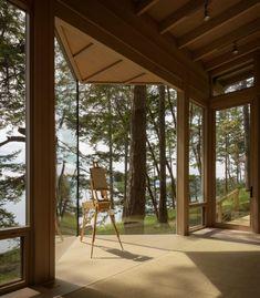 L'architecte américain Olson Kundig a réalisé « Blakely Island Artist Studio », un chalet à ossature bois qui maximise les vues sur la forêt, tout en surplombant les eaux de l'îles San Juan, au nord-ouest de l'État de Washington. La résidence d'une seule pièce offre un espace modulable en atelier d'artiste ou en lieu de vie. Positionnée sur un site très pentu, l'arrière de la structure se niche dans la colline délimitée par les arbres et les rochers, alors que l'avant semble en lévitation...