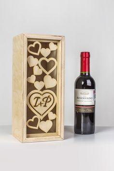 Caja de madera para botella de vino. (grabado y corte laser). Cotiza: goo.gl/poVphL Laser Cutter Projects, Cnc Projects, Wood Laser Ideas, Wood Packaging, Wooden Keychain, Laser Art, Wine Case, Wood Carving Art, Wine Bottle Holders